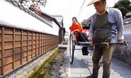 Thành phố ở Nhật thu hút du khách bằng cá Koi bơi dưới cống nước thải