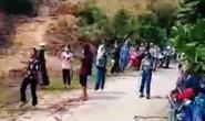 20 cô gái cầm gậy xông vào hỗn chiến náo loạn trên đường