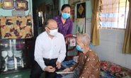 Trung tướng Lê Đông Phong ân cần thăm hỏi mẹ Võ Thị Năm
