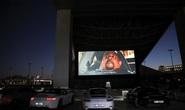 Lái ô tô lên nóc nhà xem phim thời Covid-19