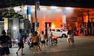 Lùi ôtô bất cẩn khi vào đổ xăng khiến cây xăng bốc cháy