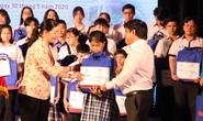 Nữ sinh bị ung thư máu nhận học bổng, viết tiếp ước mơ tới trường