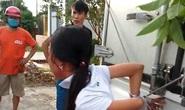 Mẹ trói tay con gái 11 tuổi của mình vào thùng xe tải đánh đập để… phạt trộm