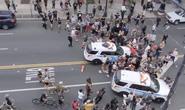 Biểu tình bạo lực ở Mỹ: Xe cảnh sát vượt rào tông vào đám đông