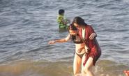 Bãi biển Nha Trang đông nghịt trong ngày đầu mở cửa
