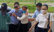 Người nhà dìu cựu trưởng Công an TP Thanh Hóa tới tòa