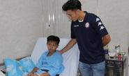 Thủ môn Bùi Tiến Dũng thăm học sinh trường THCS  Bạch Đằng sau sự cố cây phượng ngã đổ