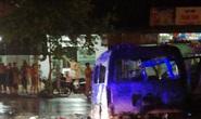 Xe cứu thương lao vào dải phân cách bốc cháy, 7 người nhập viện