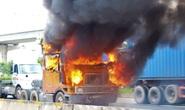 Xe container cháy ngùn ngụt trên xa lộ Hà Nội