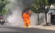 Xe máy đang chạy bỗng cháy trơ khung
