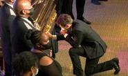 Thị trưởng, cảnh sát trưởng TP Minneapolis quỳ gối trước quan tài ông George Floyd