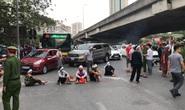 Hàng chục người mang di ảnh người thân bị tai nạn giao thông ngồi dàn hàng ngang ra đường