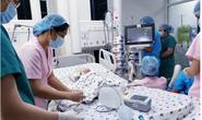 Thủ tướng Nguyễn Xuân Phúc chúc mừng kíp mổ tách rời hai bé song sinh
