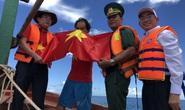 Trao cờ Tổ quốc cho ngư dân giữa trùng khơi ở Phú Quốc