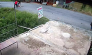 CLIP: Bé gái bị xe máy tông vì băng qua đường như tia chớp