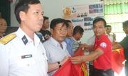Trao 2.000 lá cờ Tổ quốc cho ngư dân ở cửa biển lớn nhất Bạc Liêu