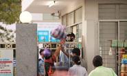 Nhân viên y tế đóng vai người vận chuyển ở bệnh viện bị phong tỏa tại Đà Nẵng