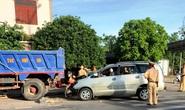 Tông xe ben đỗ bên đường văng cả mét, 4 người trên ô tô nhập viện