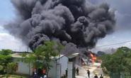 CLIP: Cháy lớn tại kho chứa hàng rộng 2.000 m2 dưới trời nắng chói chang