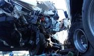 Đấu đầu với xe container, tài xế xe tải tử vong, phụ xe bị thương trong cabin dập nát