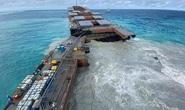 Tàu dầu mắc cạn bị xẻ làm đôi, thiên đường Mauritis than khóc
