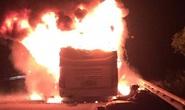 Xe giường nằm đang chạy bốc cháy ngùn ngụt, khách hoảng loạn tông cửa thoát ra ngoài