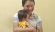 Công an bàn giao an toàn bé trai hơn 2 tuổi bị bắt cóc cho gia đình