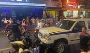 Xe công an phường lao vào hàng loạt quán ăn tại phố Tây Bùi Viện