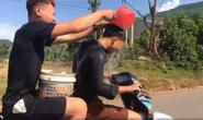 CLIP: 2 thanh, thiếu niên vừa đi xe máy vừa múc nước gội đầu trên quốc lộ