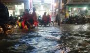 TP HCM: Nước ngập, nhiều người dắt xe trên đường trong mưa lớn