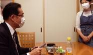 Ứng viên thủ tướng Nhật Bản khổ vì đăng ảnh vợ đeo tạp dề