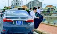 Đoàn xe biển xanh dừng xe trên cầu Nhật Lệ chụp hình là đoàn công tác của Bộ xây dựng