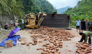 Xe tải chở gạch lật ngang quốc lộ, tài xế tử vong trong cabin