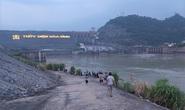 Nam sinh lớp 11 bị nước cuốn mất tích khi tắm dưới chân Thủy điện Hòa Bình