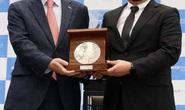 HLV Park Hang-seo bán huy chương kỷ niệm vì bóng đá trẻ Việt Nam