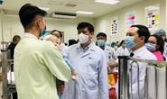Bộ trưởng Bộ Y tế Nguyễn Thanh Long tặng quà, động viên bệnh nhân phải ăn Tết bệnh viện