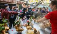 Người Hà Nội chen nhau mua gà ngậm hoa hồng cúng giao thừa