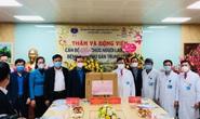 Chủ tịch Tổng LĐLĐ Việt Nam Nguyễn Đình Khang thăm và động viên cán bộ y tế