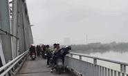 Để lại xe máy, tiền bạc cùng giấy tờ tùy nhân trên cầu, nam thanh niên biến mất