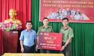 Đoàn Thanh niên Công an tỉnh Kiên Giang tiếp nhận 30 máy đo huyết áp