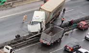 Xe container tông nát giải phân cách, đường trên cao tắc nghẽn