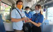 Tặng nước rửa tay sát khuẩn, khẩu trang cho tài xế và tiếp viên xe buýt ở TP HCM