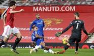 Công làm thủ phá, Man United đánh rơi chiến thắng ở Old Trafford