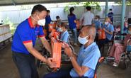 Báo Người Lao Động trao hơn 500 phần quà Tết ấm cho người vô gia cư