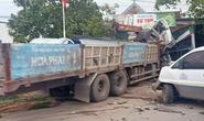 Va chạm kinh hoàng với xe tải, xe cẩu tông sập quán tạp hóa