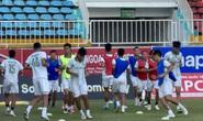 HLV Đức Thắng tươi cười cùng Topenland Bình Định đến sân Pleiku chuẩn bị đấu HAGL