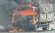 Xe tải chở bật lửa bất ngờ bốc cháy ngùn ngụt, tài xế nhảy khỏi cabin thoát thân