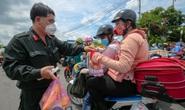 Quân đội, công an tặng thực phẩm, nước uống cho người dân trước khi rời TP HCM về quê
