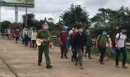 Các tỉnh thay phiên nhau hỗ trợ gần 500 người đi bộ về quê