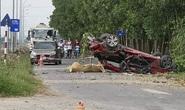 Chiếc xe con bị vò nát trong tai nạn kinh hoàng, ít nhất 2 người tử vong